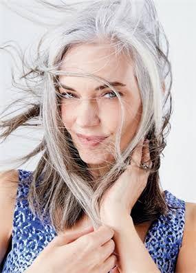 beyaz saçlı mavi gözlü kadın